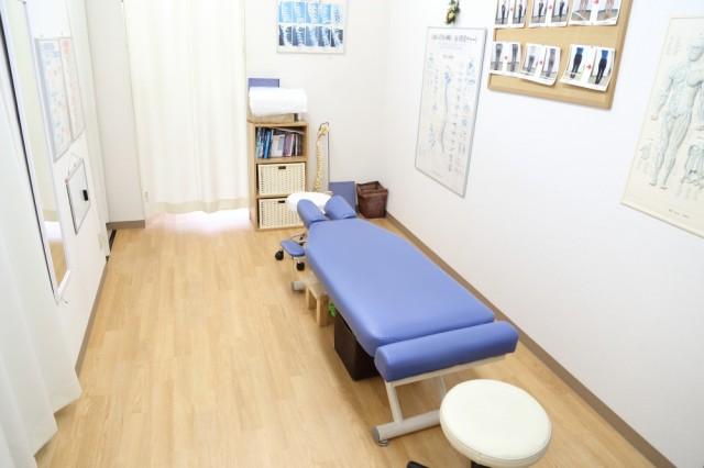 個室仕様の施術ルームでゆったり施術を受けられます